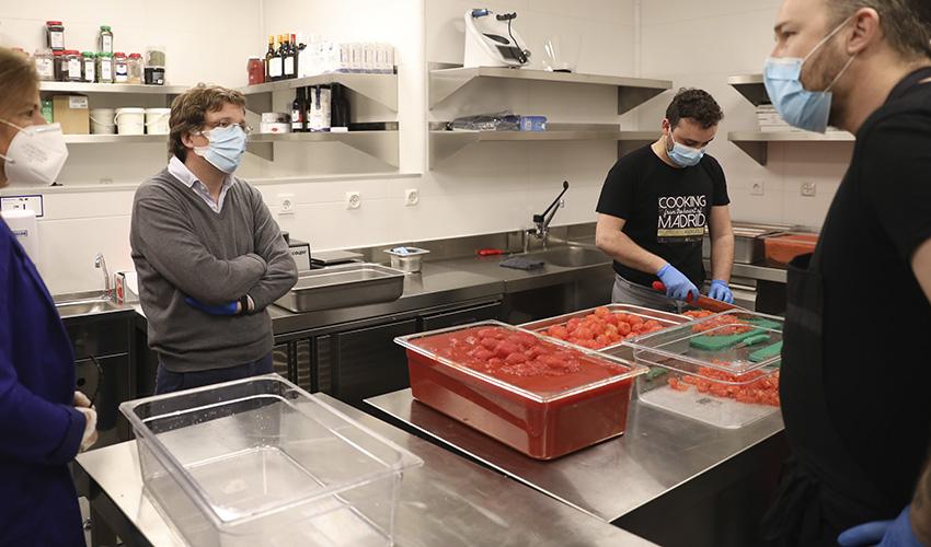 El Four Seasons abre sus cocinas antes que el hotel para regalar 1000 comidas diarias