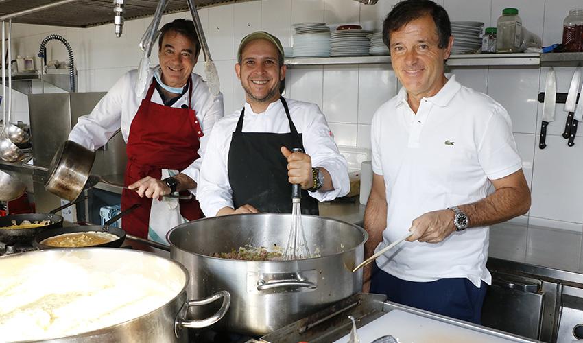 Un grupo de amigos cocinan más de 300 menús solidarios al día durante el estado de alarma