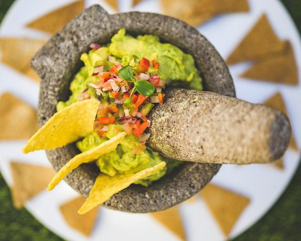 Guacamole en mortero con nachos Bocanegra - Terraza Bocanegra, el escenario de este verano al que no puedes faltar