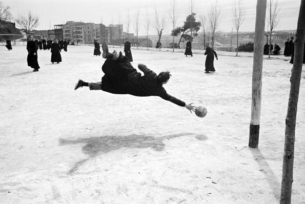 expo fotos ramon masat cura Madrid - Las fotografías de Ramón Masats, el instinto del reportero que contó la España de los 60