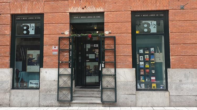 fachada ocho y medio - Ruta por las librerías temáticas más chulas de Madrid