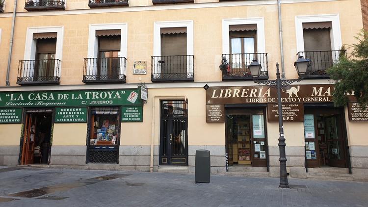 lacasadelatroya1 - Ruta por las librerías temáticas más chulas de Madrid