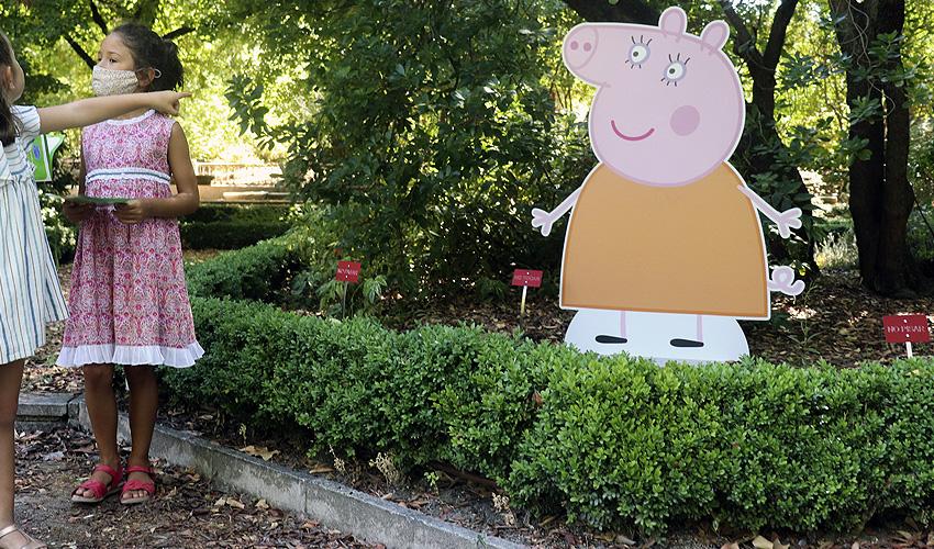 Peppa Pig juega en el Jardín Botánico con los niños