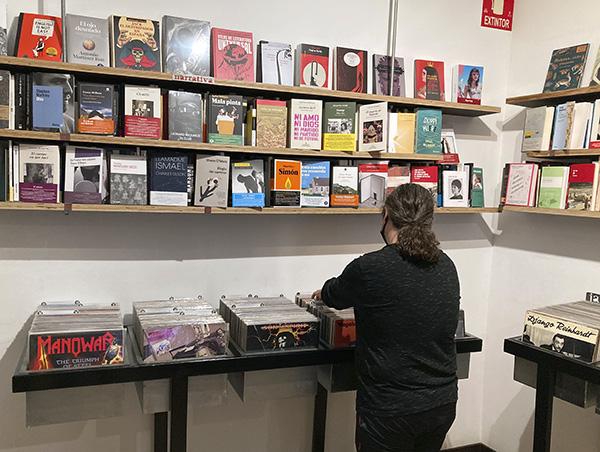 """Discos y Libros Bajo el Volcán. Lavapies Madrid 5 - """"Bajo el volcán"""", la tienda de Lavapiés donde Julio Cortázar escucha a Miles Davis"""