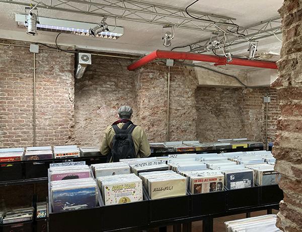 """Libros discos Bajo el Volcan planta baja Lavapies Madrid - """"Bajo el volcán"""", la tienda de Lavapiés donde Julio Cortázar escucha a Miles Davis"""