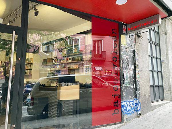 """Libros y Discos Bajo el Volcán Lavapies Madrid 4 - """"Bajo el volcán"""", la tienda de Lavapiés donde Julio Cortázar escucha a Miles Davis"""