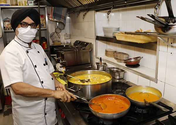 chef indio en cocina rest Doli - Restaurante indio Doli: la armonía de las especias en la cultura del sabor