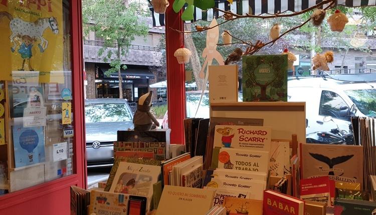 dentro dragon lectorok - Ruta por las librerías temáticas más chulas de Madrid (Parte II)