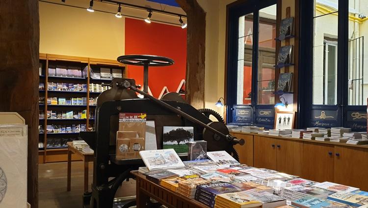 maquina papel - Ruta por las librerías temáticas más chulas de Madrid (Parte II)