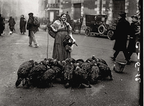 Alfonso Vendedora de pavos 1925 - Un libro recoge dos siglos de la historia de Madrid en 160 fotografías