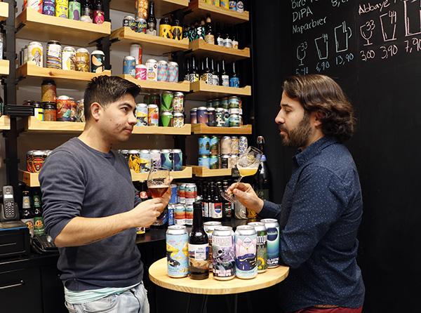 IPA beer Madrid La Mundial Jesús y Alejandro - Cervezas IPA, la seducción del lúpulo ya es tendencia en Madrid