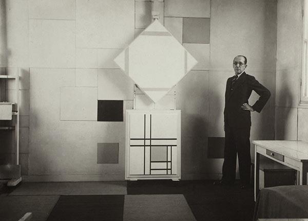 RETRATO DE MONDRIAN EN SU ESTUDIO. foto de Charles Karsten - Mondrian o cuando el arte cambió su cultura visual, en el Reina Sofía de Madrid