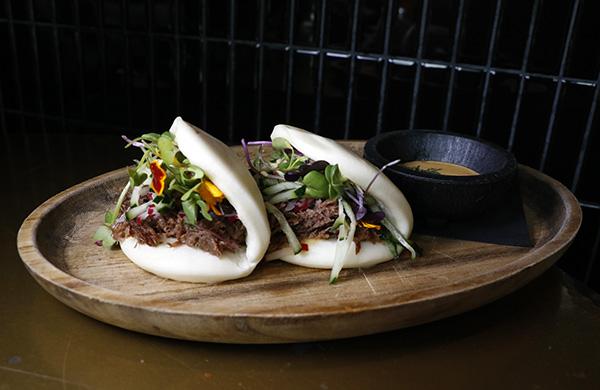 bao de rabo de toro laqueado con salsa de kimchee y hierbabuena - Barbara Ann, el restaurante al que invitarías a cenar a Mick Jagger