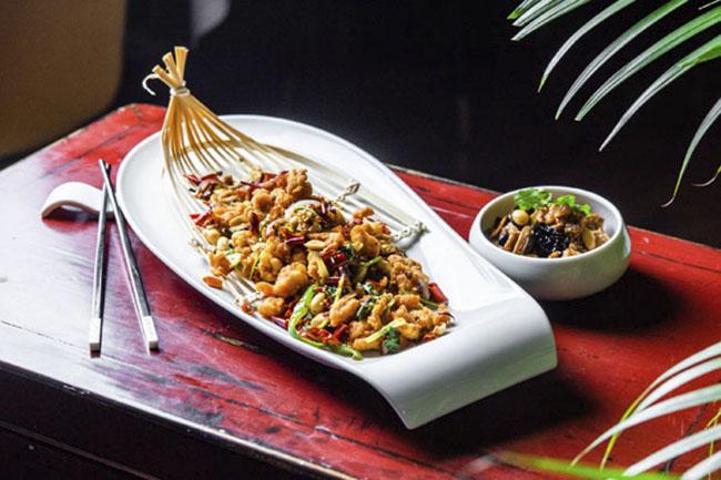 Crujiente de pollo con guindilla de Sichuan y Tofu con verduras típico de Shanghai Hutong - Restaurante chino Hutong: sabores genuinos con el pato Pekín como protagonista
