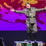 Leo Bassi se sube a las tablas disfrazo de Mussolini y un monólogo lleno de humor y provocación