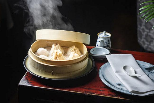 Selección de Dim Sum xialongbao gyoza de pato y hakao Hutong - Restaurante chino Hutong: sabores genuinos con el pato Pekín como protagonista