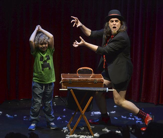 SuperFlipado 2 niños teatro en Madrid - Planes con niños: magia y marionetas para un buen fin de semana