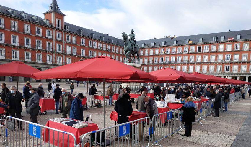 Vuelve el mercado de filatelia a la Plaza Mayor de Madrid