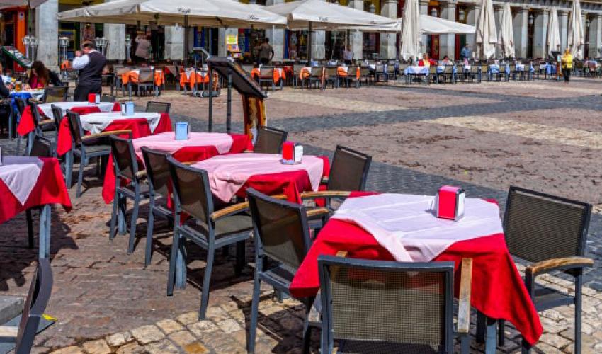 Ayuso anuncia uso obligatorio de mascarillas en restaurantes y 6 personas por mesa en terraza