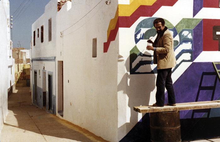 """Chabaa realizando un mural del proyecto de pinturas urbanas - La exposición """"Trilogía marroquí 1950 - 2020"""" trae a Madrid el arte contemporáneo del país africano"""