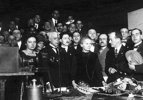 Conferencia de Maria Curie en la Facultad de Medicina de San Carlos de la Universidad Central de Madrid. Le acompaña en la visita a España su hija Irene Curie. 22 de Abril 1919 - Las Sinsombrero, las mujeres de la Generación del 27 que vivieron en Madrid