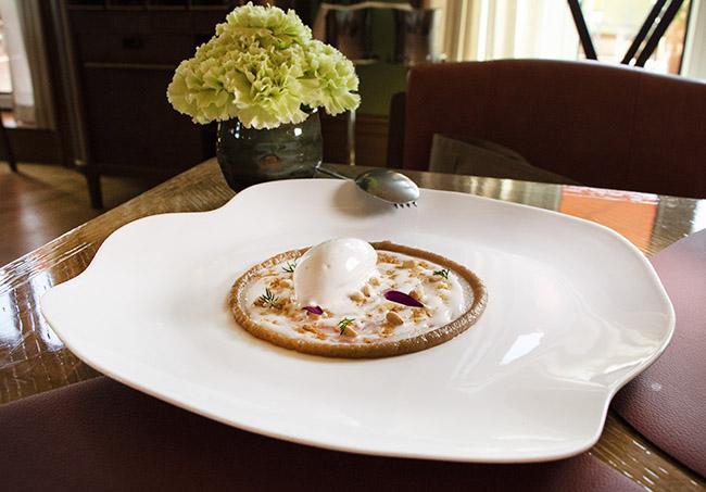 carpaccio de cigala helado ajo blanco salsa de cebolla y px - Dani brasserie, el diseño perfecto para una cocina divertida y sabrosa