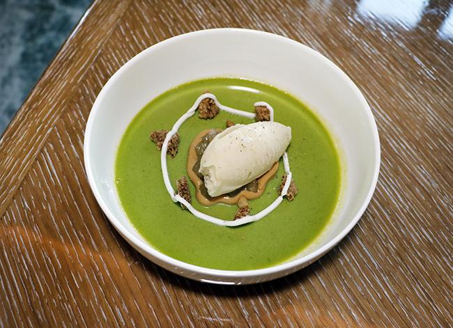 flan de albahaca helado de pera con sal crumble y yogur cremoso - Dani brasserie, el diseño perfecto para una cocina divertida y sabrosa