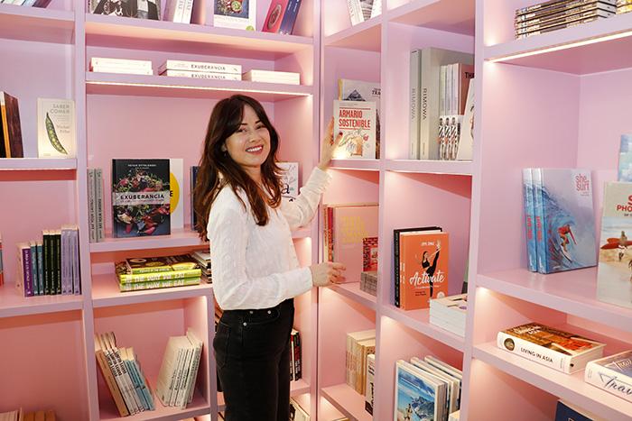 lab tienda moda madrid Laura con libro - Tiendas de moda sostenible en Madrid. La ruta de la experta en shopping, Laura Opazo