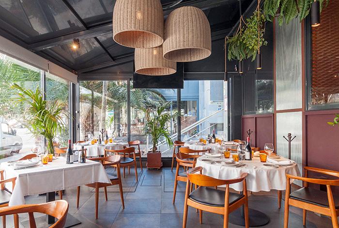 restaurante Rocacho terraza1 - Restaurante Rocacho, donde las brasas custodian el sabor de grandes carnes y pescados