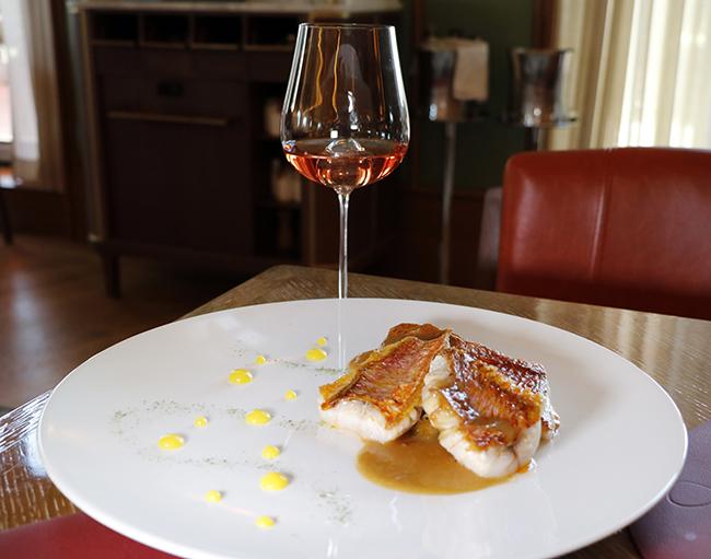 salmonete de roca naranja japonesa alga nori y setas enoki - Dani brasserie, el diseño perfecto para una cocina divertida y sabrosa