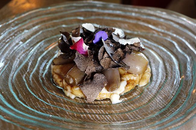 tarta de chalotas sobre hojaldre pure coliflor y trufa negra rallada - Dani brasserie, el diseño perfecto para una cocina divertida y sabrosa