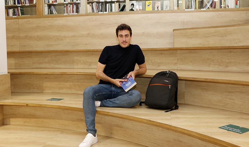 """Adriano Moreno: """"Me gustaría que mi novela la leyera un joven homosexsual y cualquier amante de la comedia romántica"""""""