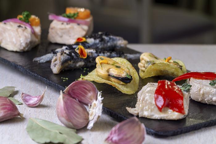 Degustación de pescado en escabeche La Bodegutia Foto de Massimiliano Polles - La bodeguita del arte: la evolución de guisos y escabeches con historia e identidad