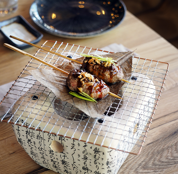 Yakipincho de Wagyu y cebolla crujiente Wakka Virginia Nunes 02 - Restaurante Wakka: ricos nigiris y dim sum en un universo asiático muy chic