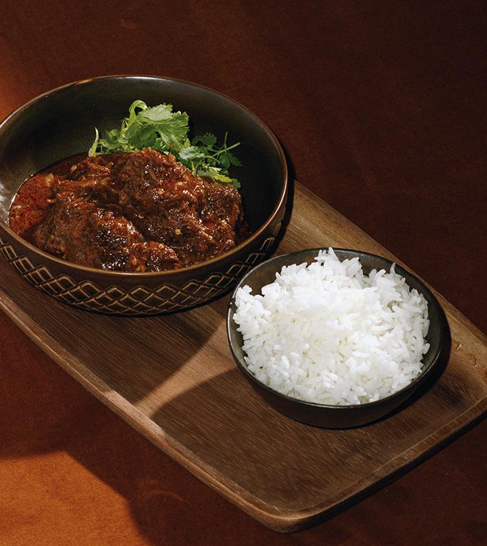BAAN. Curry Vindaloo con carrillera de cerdo ibérico - Celebra el Día Internacional de la Comida Cruda en el restaurante BAAN
