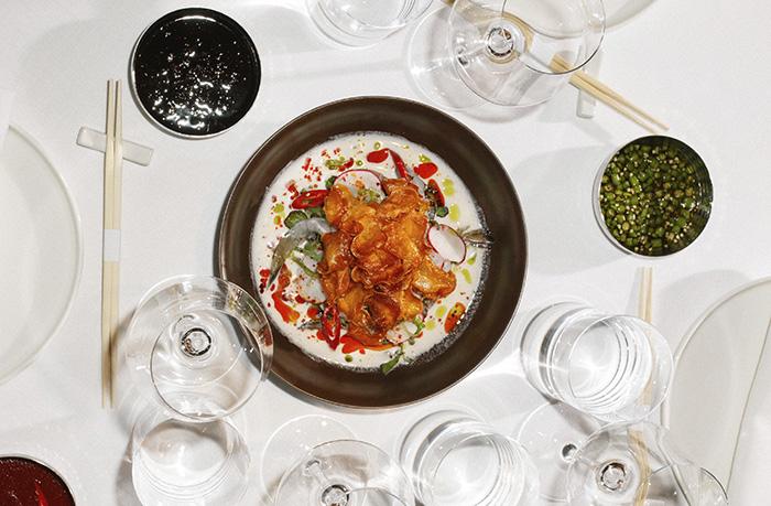 BAAN. Kinilaw de langostinos Ama Ebi cebolla roja encurtida y vinagreta de coco y kalamansi - Celebra el Día Internacional de la Comida Cruda en el restaurante BAAN