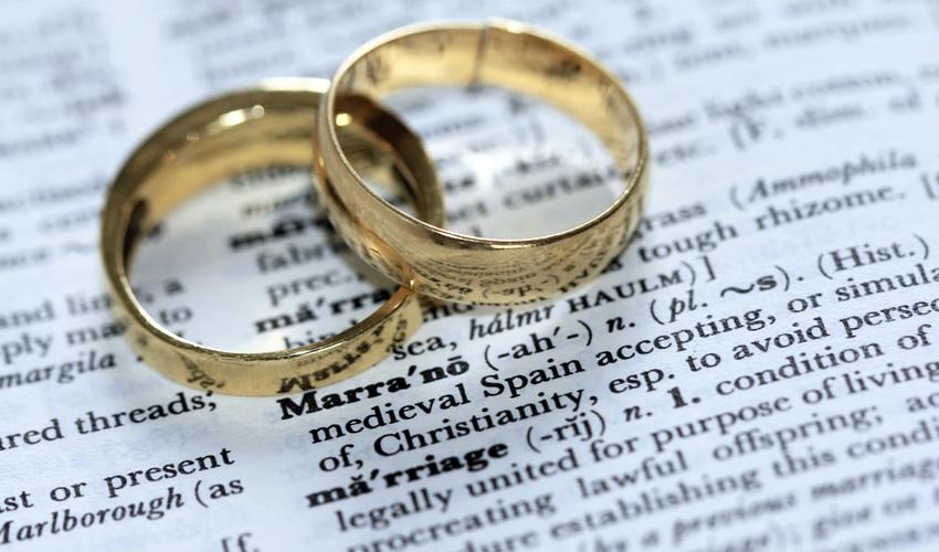¿Cuál es la diferencia entre un anillo solitario y uno de compromiso?