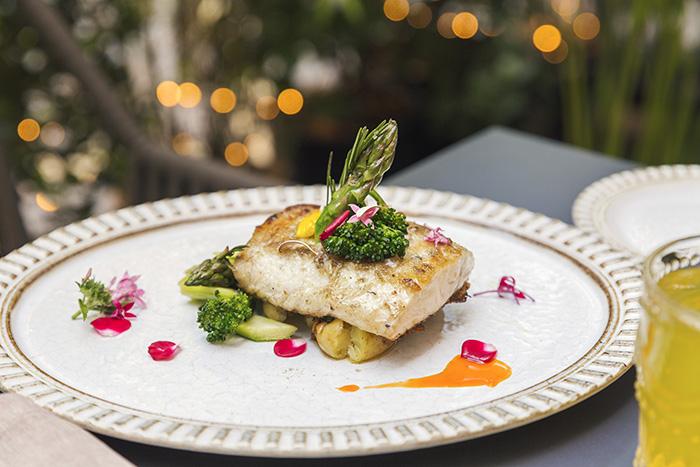 EL HOMBRE PEZ lubina a la parrilla con boniato y pisto - Restaurante El Hombre Pez: cuatro platos para septiembre desde una cocina sorprendente