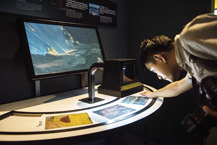 PR Selection Opening Microscope Table HR 1 - Meet Vincent van Gogh: el paseo más íntimo por la obra y vida del pintor holandés