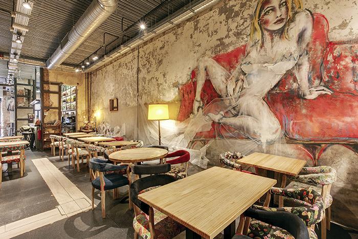 """Sala con mural La Nobia - Planes Madrid: Secun de la Rosa actúa en la Sala Mirador y cenamos en """"La Nobia"""" (con b). Jueves en Lavapiés."""