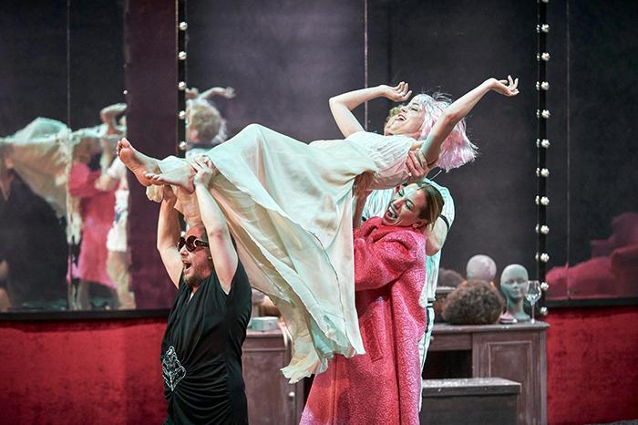 """Teatro el alivio 01 - TEATRO: """"El alivio o la crueldad de los muertos"""", una llamada a la reflexión y a la revolución"""